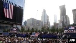 Lúc 8:46 phút giờ địa phương, thành phố New York cử hành phút mặc niệm tưởng nhớ thời khắc chiếc máy bay thứ nhất lao vào Tòa Tháp phía Bắc