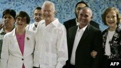 Слева направо: президент Еврейской общины Кубы Адела Дворин, бывший президент США Джимми Картер, вице-президент Еврейской общины Кубы Дэвид Принстин и супруга Картера Розалинн. Гавана. 28 марта 2011 года