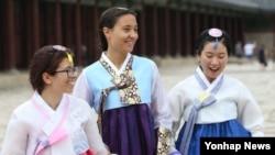 지난 11일 서울 경복궁을 찾은 외국인 관광객들이 한복을 입고 궁내를 둘러 보고 있다.