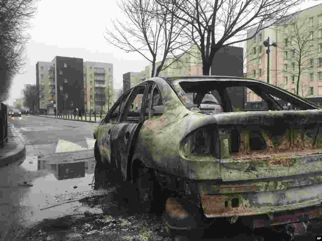 Une voiture brulée par les manifestants en colère, à Aulnay-sous-Bois, au nord de Paris, 7 février 2017.