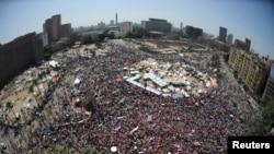 قاہرہ کے تحریر اسکوائر کا منظر جہاں صدر مرسی کے ہزاروں مخالفین جمع ہیں