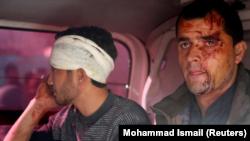 Hombres heridos en una ambulancia tras la explosión de un coche bomba en Kabul, Afganistán, el 27 de enero de 2018. REUTERS/Mohammad Ismail