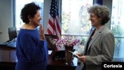 Katherine Archuleta presta juramento como directora de la OPM ante la directora en ejercicio, Elaine Kaplan. (Foto: Timothy Grant).