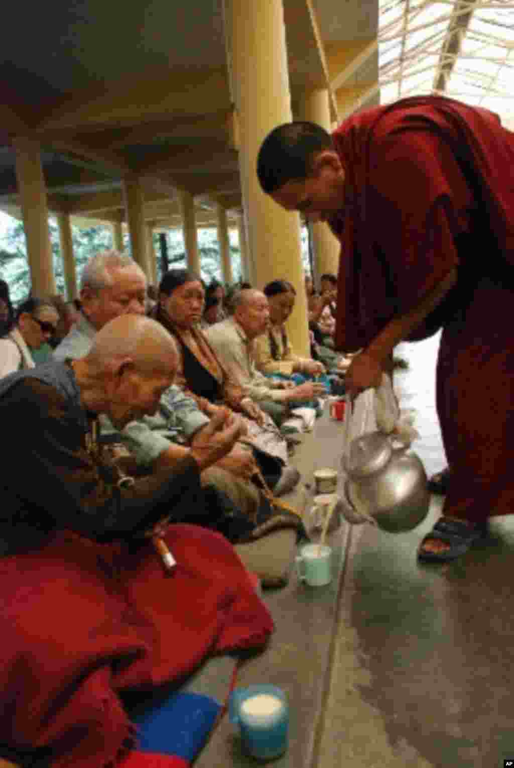 達賴喇嘛法王官邸前的西藏寺院,可以自由入內參觀。每天都有大批信眾聚集祈禱,並有喇嘛奉上西藏傳統的酥油茶