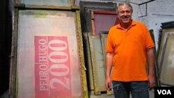 Walter Sánchez, director de Kaltex, dijo que su fábrica hace banderas políticas desde 1985. También fabrican pasacalles.