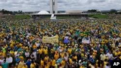 Dân chúng Brazil tham gia cuộc biểu tình phản đối chính phủ trước Quốc hội ở Brazilia, Brazil, 15/3/15