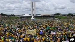 ພວກເດີນຂະບວນຫຼາຍແສນຄົນ ພາກັນປະທ້ວງຕໍ່ຕ້ານ ລັດຖະບານຂອງ ປ. Rousseff, ວັນທີ 15 ມີນາ 2015.