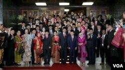 Presiden Joko Widodo dan Wakil Presiden Jusuf Kalla beserta istri masing-masing dan Ketua DPR Ade Komarudin serta para nggota DPR DPD berfoto bersama usai rapat paripurna DPR/DPD di gedung parlemen (16/8). (VOA/Andylala Waluyo)