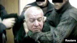 Imagen tomada de un video sin fecha que muestra a Sergei Skripal, un excoronel de la inteligencia rusa, siendo detenido por el servicio secreto ruso en un lugar no revelado.