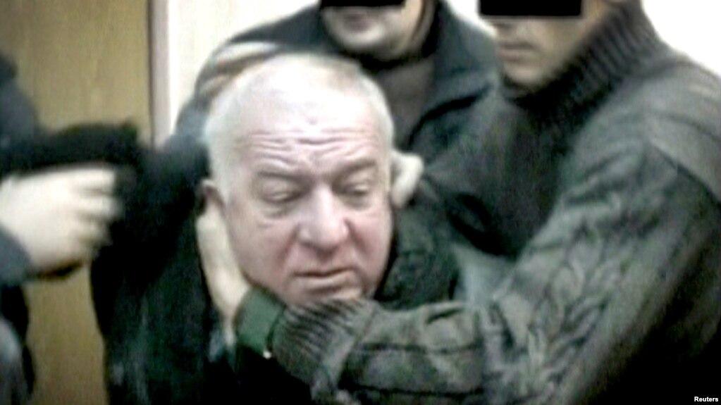 Ảnh chụp từ video không ghi ngày cho thấy ông Sergei Skripal, cựu Đại tá Tình báo Quân đội Nga (GRU), bị mật vụ bắt tại một địa điểm không được tiết lộ. RTR/via Reuters