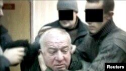 Foto sa a montre ajan sekrè ki tap arete Sergei Skripal, yon ansyen kolonèl nan lame ris la ki te travay kòm yon ajan doub pou gouvènman britanik la. (Foto: Plas enkoni; RTR/via REUTERS TV).