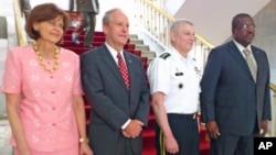 General Carter Ham, comandante do Africom, com o ministro da Defesa de Angola, Cândido Van-Dúnem, e o embaixador americano em Luanda, Christopher McMullen.