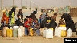 Para perempuan dan anak-anak pengungsi Yaman antri untuk mendapatkan air di kamp pengungsi al-Mazraq, Hajja, Yaman (foto: dok).
