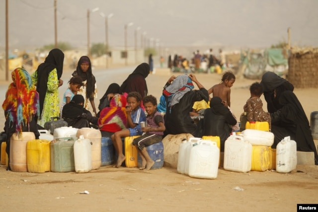 Women and children gather to collect water from a tap at a camp for internally displaced persons (IDPs) in al-Mazraq in the northwestern Yemeni province of Hajja, May 20, 2013.