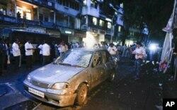 Voiture endommagée dans l'une des explosions du 13 juillet à Mumbai