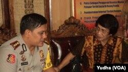 Kak Seto (kanan-baju batik) bertemu Kapolres Karanganyar (seragam polisi-kiri) terkait pengungkapan kasus pedofilia (Foto: VOA/Yudha)
