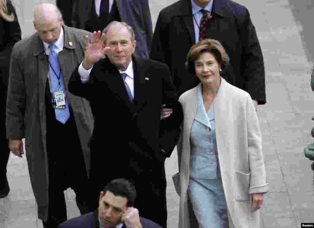 Cựu Tổng Thống và Đệ Nhất Phu Nhân George W. Bush và Laura Bush đến nơi tổ chức lễ tuyên thệ từ phía Đông tòa nhà Quốc Hội, 20 tháng Giêng. (REUTERS/John Angelillo/Pool)