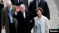 """El expresidente Bush tiene un nuevo libro de pinturas hechas por él, llamado """"Portraits of Courage"""" (Retratos de Valor)."""
