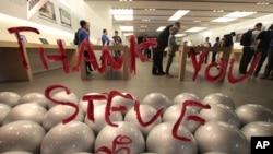 """加州圣莫尼卡市苹果店窗子上用口红写着""""感谢您,史蒂夫"""""""