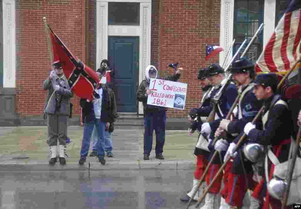 Группа «несогласных» с развернутым боевым штандартом Конфедерации