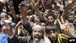 Người biểu tình hô khẩu hiệu đòi Tổng thống Yemen Ali Abdullah Saleh từ chức bên ngoài Đại học Sana'a, ngày 1/4/2011