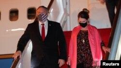 美国国务卿蓬佩奥与夫人2020年10月27日抵达斯里兰卡访问(路透社)