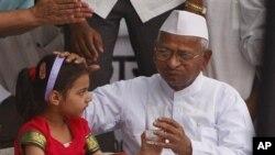 印度反腐活动人士4月9日结束绝食反腐活动时