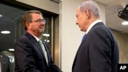 Menhan AS Ash Carter (kiri) disambut oleh PM Israel Benjamin Netanyahu setibanya di Yerusalem (21/7).