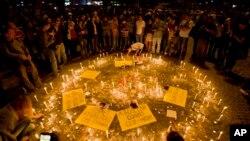 시위 희생자를 추모하기 위해 15일 이스탄불 탁심광장에서 촛불모임을 여는 시위대 (자료사진)