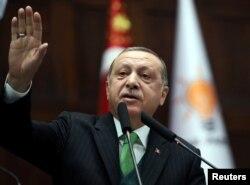 Predsjednik Turske Tayyip Erdogan obraća se članovima parlamenta iz njegove vladajuće partije AK tokom sastanka u prostorijama parlamenta u Ankari, Turska, 16. januara 2018.