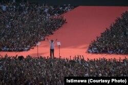 """Jokowi di tengah ratusan ribu pendukungnya yang memadati Gelora Bung Karno GBK Senayan Jakarta dalam ""Konser Putih Bersatu,"" kampanye terakhir menjelang pemungutan suara (courtesy: Istimewa)"