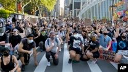 Para pedemo dalam unjuk rasa memprotes ketidakadilan rasial di Manhattan, New York, 6 Juni 2020. (Foto: AP)