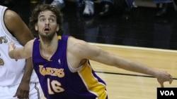Pau Gasol asal Spanyol adalah salah satu pemain asing di NBA yang bermain untuk klub Los Angeles Lakers.
