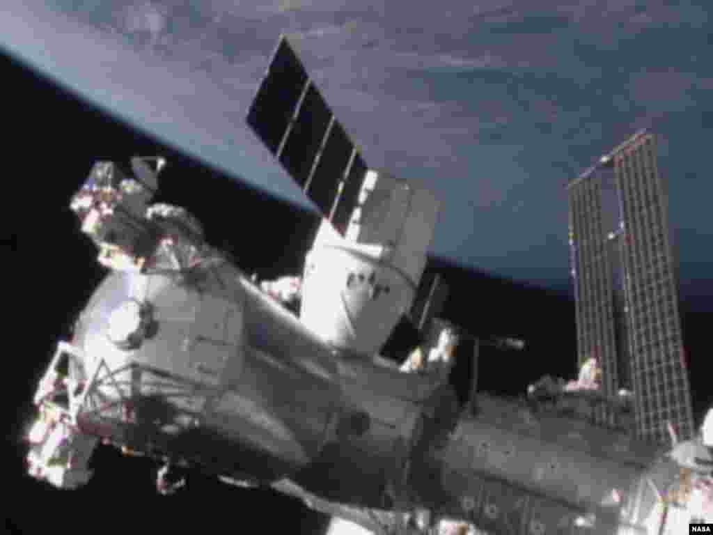 Pesawat kargo SpaceX Dragon bersandar pada Stasiun Antariksa Internasional (12/1).