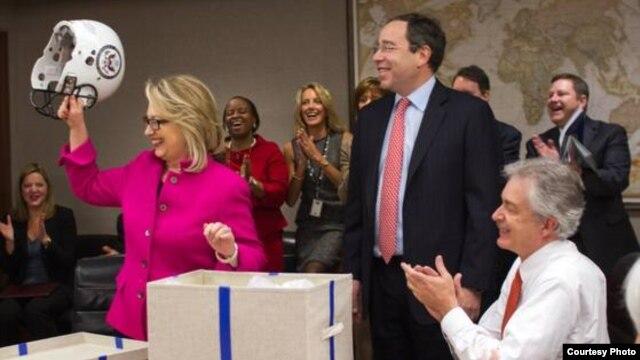 Menlu AS Hillary Clinton (baju merah) kembali memimpin rapat di kantor Deplu AS di Washington, Senin (7/1), setelah menjalani perawatan kesehatan selama sebulan.