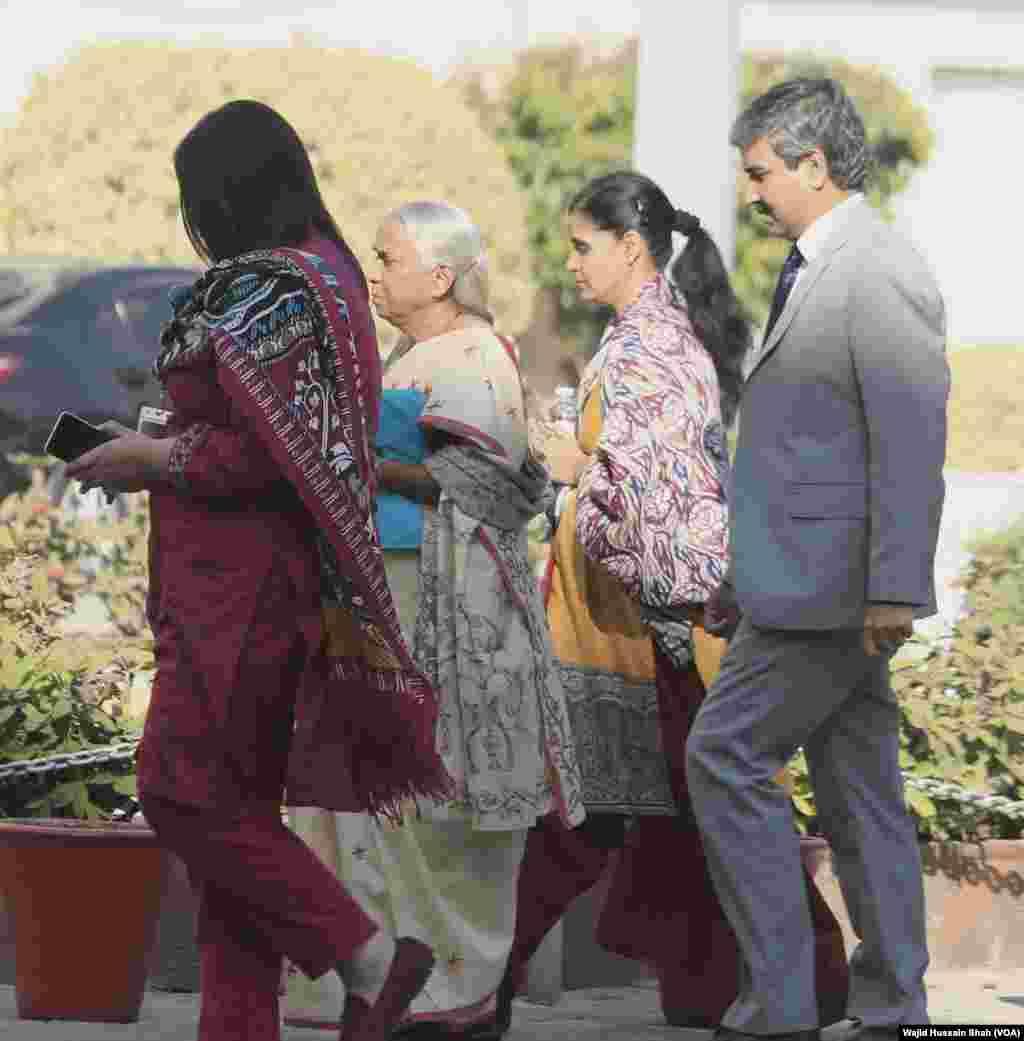 ملاقات سے قبل دفتر خارجہ پہنچنے پر کلبھوشن کی اہلیہ اور والدہ نے میڈیا کے نمائندوں سے کوئی گفتگو نہیں کی۔