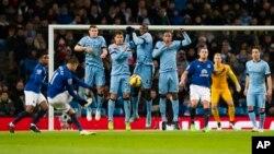 Cầu thủ Yaya Toure (giữa) nhảy lên để chặn cú sút phạt của Kevin Mirallas (thứ hai từ trái sang) trong trận đấu Ngoại hạng Anh giữa Manchester City và Everton tại sân vận động Etihad, Manchester, 12/2014. (AP Photo/Jon Super)