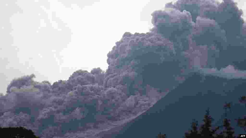 دود غلیظ ناشی از باز شدن دهانۀ آتشفشانی فوییگو در گواتیمالا اکنون تا ارتفاع ۶۰۰۰ متر در هوا بلند شده است