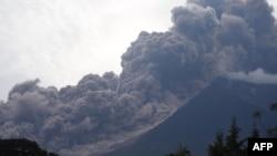 Erupsi Gunung Fuego terlihat dari kotamadya Alotengo, Sacatepequez, sekitar 65 km barat daya Kota Guatemala, 3 Juni 2018.