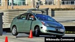 Toyota Prius yang dimodifikasi untuk menguji sistem kendali otomatis Google, yaitu sebuah sensor kamera yang dipasang di atas mobil (foto: dok).