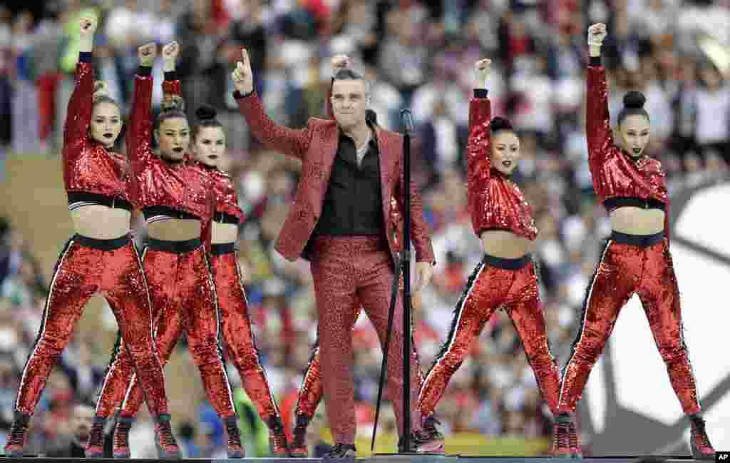 رنگا رنگ افتتاحی تقریب میں کئی گلوکاروں نے اپنے فن کا مظاہرہ کیا۔