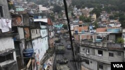 Kendaraan Lapis Baja Angkatan Laut Brazil memasuki pemukiman kumuh Rocinha di Rio de Janeiro, Brazil (13/11).