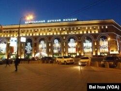 莫斯科市中心的儿童世界百货商店,外表上看不出俄罗斯经济危机。(美国之音白桦拍摄)