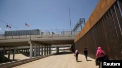 El gobierno del presidente Donald Trump está buscando llegar a acuerdos con México y Guatemala que impidan a los migrantes centroamericanos pedir asilo en Estados Unidos.