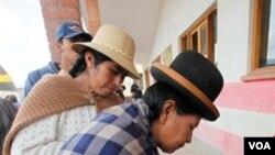 Para pemilih memberikan suaranya dalam pemilihan hakim agung di TPS El Alto, Bolivia (16/10).