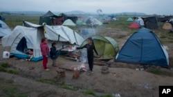 지난 5월 그리스 이도메니 난민촌에서 어린이들이 놀고 있다. (자료사진)