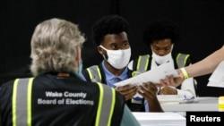 Iziphathamandla zokhetho edolobheni le Raleigh, eNorth Carolina. REUTERS/Jonathan Drake/File Photo