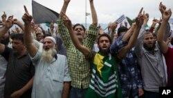 Hindiston nazoratidagi Kashmir aholisi norozilik namoyishida qatnashmoqda, Shrinagar, 2019-yil, 16-avgust.