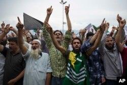 Dün Srinagar'da cuma namazı çıkışında Hindistan'dan ayrılma çağrısı yapan Keşmirli göstericiler