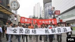 Dua ribu orang protes anti Jepang di kota Chengdu di propinsi Sichuan, Tiongkok mendorong warga Tiongkok memboikot produk buatan Jepang.
